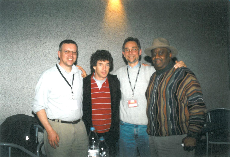 """2002: Norbert Siegl, Simon Phillips, PPC-Geschäftsführer Alex Mühlbauer und Bernard """"Pretty"""" Purdie auf der PPC DrumNight"""